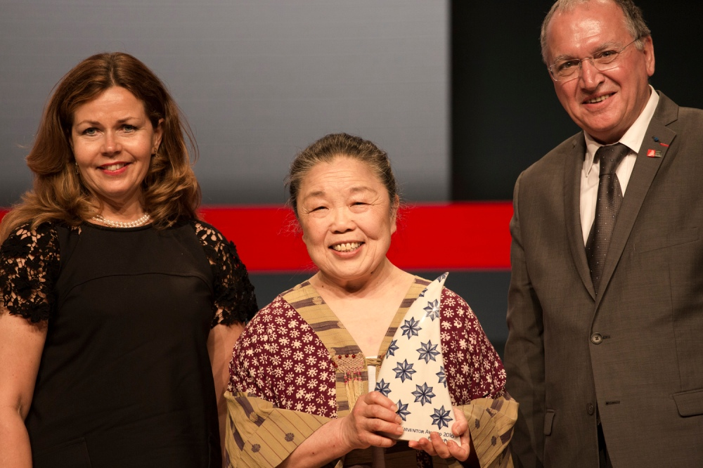 EPO President Benoît Battistelli presents the Popular Prize of the European Inventor Award 2016 to Helen Lee at the award ceremony in Lisbon on 9 June